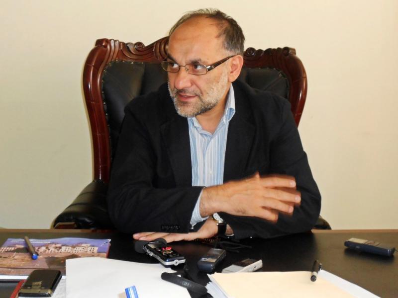 O governador afegão morto com bomba colocada no microfone (Reuters)