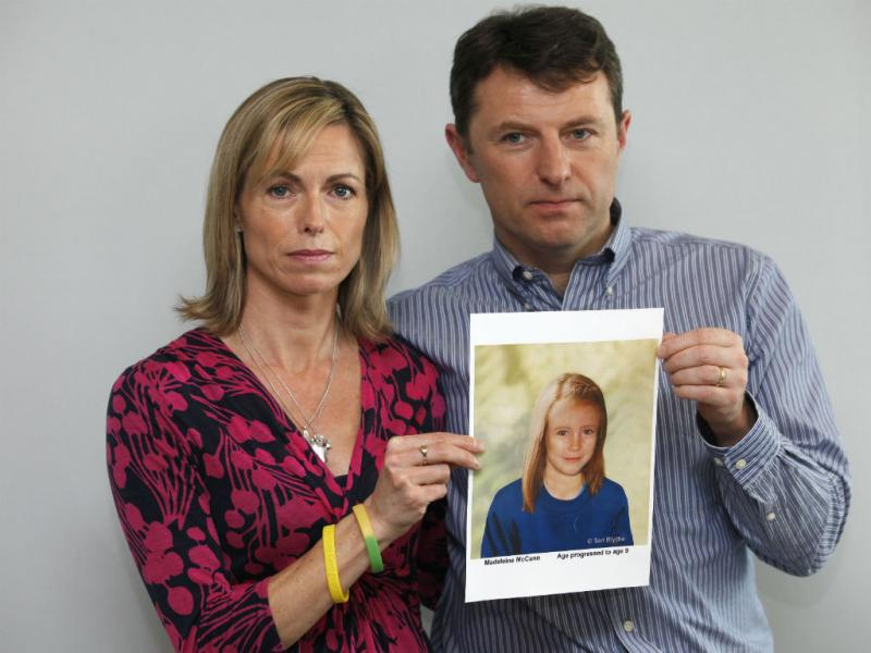 Kate e Gerry McCann posam com um retrato da filha gerado em computador, em Maio de 2012. (REUTERS/Andrew Winning)