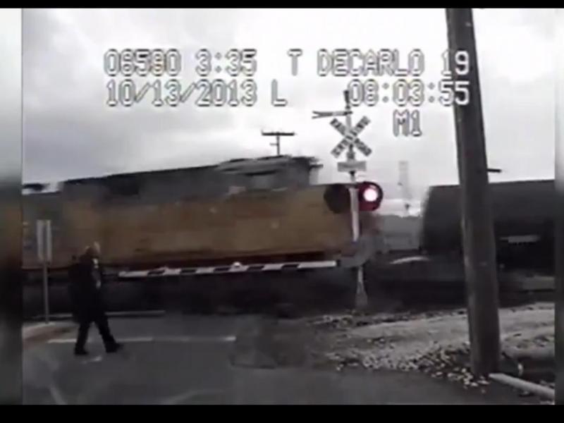 Condutora sobrevive a duas colisões com comboios