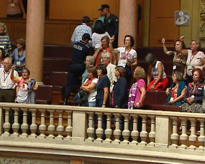 Reformados gritam no Parlamento: «25 de Abril sempre, fascismo nunca mais»