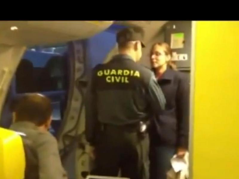 Passageira expulsa de avião da Ryanair (Youtube)