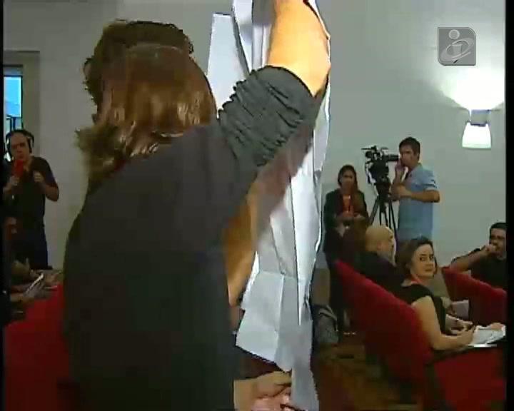 Jovens em protesto interrompem Carlos Moedas