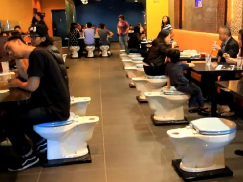 Neste restaurante, os clientes comem em sanitas