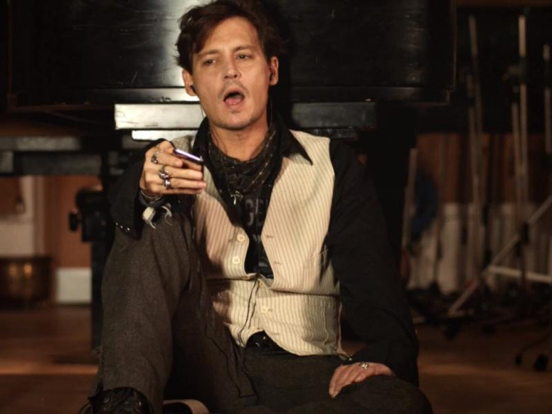 Johnny Depp no vídeo de «Queenie Eye»
