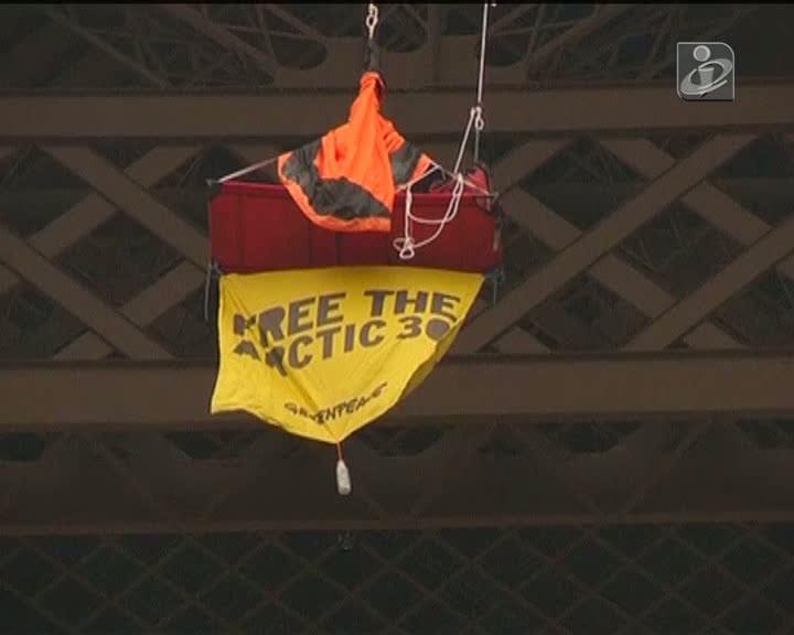 Ativista pendurado na Torre Eiffel
