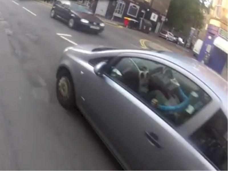 condutor filmado a comer cereais (Reprodução / Youtube / Raging Bike)