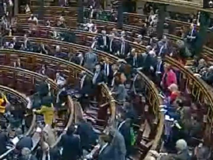 Deputados espanhóis saem a correr do Parlamento