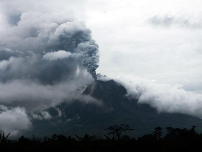 Vulcão «acorda» na Indonésia (EPA/ADE SINUHAJI)