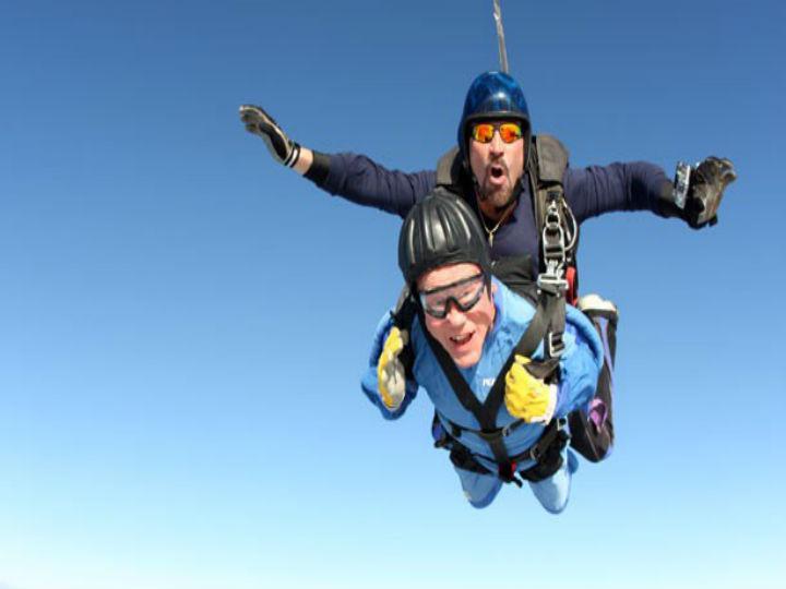 Americano de 100 anos durante salto de pára-quedas (Foto Reprodução/YouTube)