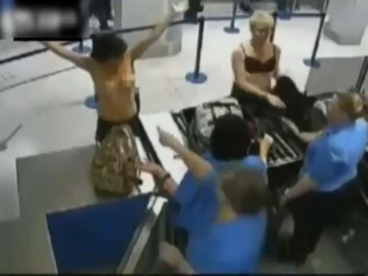 Ex-hospedeira de bordo despe-se em aeroporto (Foto Reprodução/YouTube)