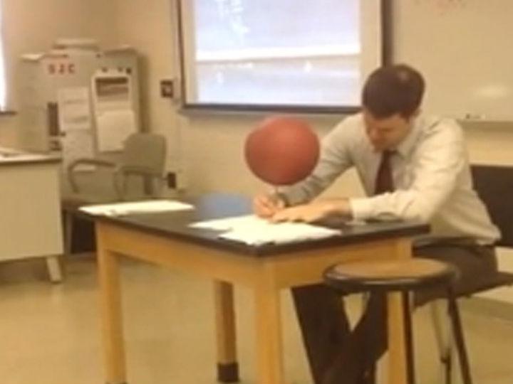 Vídeo mostra professor de física a fazer acrobacias com bola de basquetebol (Foto Reprodução/YouTube)