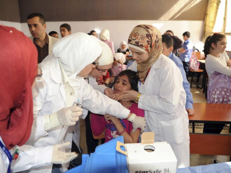 Profissionais de Saúde administram vacinas na Síria (Reuters)