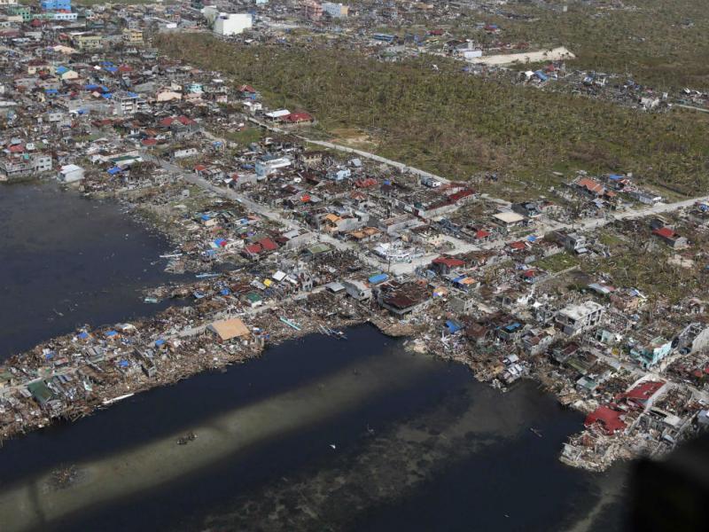 Filipinas: as imagens da total destruição e do milagre (Reuters)