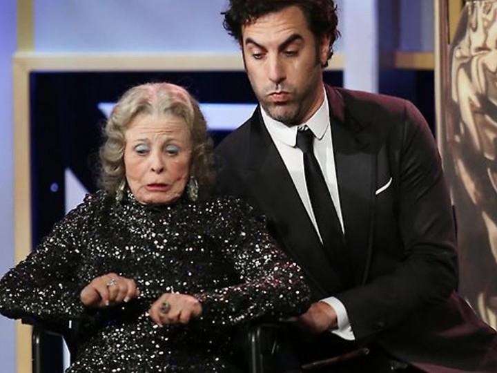 Sacha Baron Cohen empurra idosa para fora do palco nos BAFTA Britannia Awards