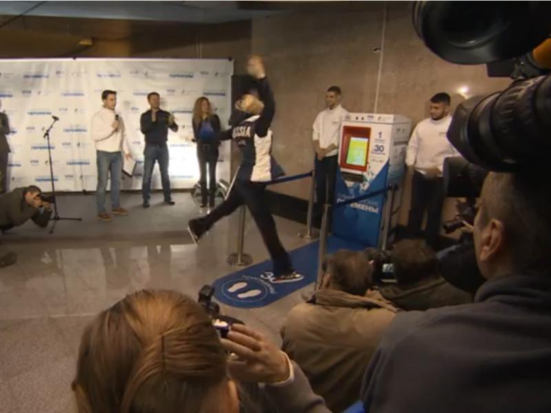 Máquina do metro de Moscovo troca bilhetes por agachamentos (Reprodução / Youtube / RT)