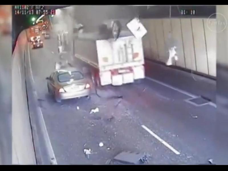 Camião destrói túnel em autoestrada