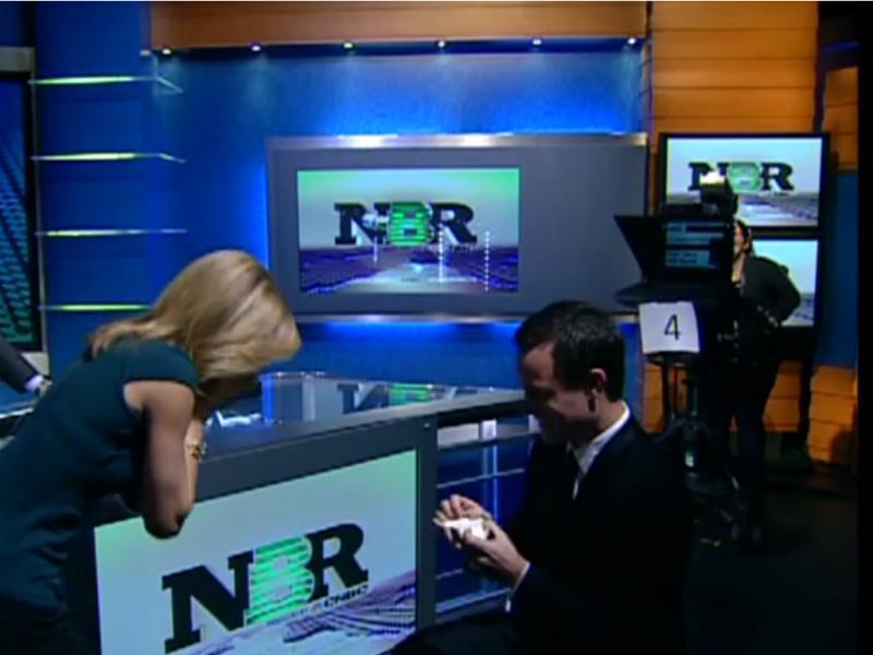 Jornalista da CNBC pedida em casamento (Reprodução / Youtube / CNBC PR)