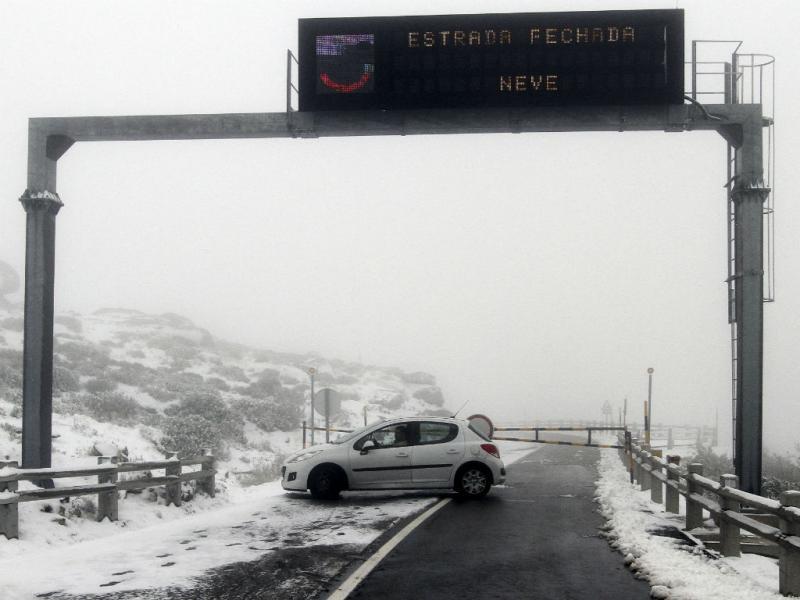 Primeira neve de Outono cai na Serra da Estrela (Lusa)