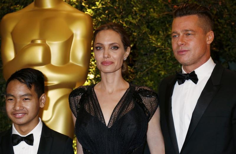 Angelina Jolie com Brad Pitt e o filho, Maddox - Prémios Governors da Academia de Artes e Cinema Foto: Reuters