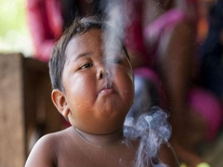 Criança de dois anos que fumava 40 cigarros por dia (Foto Reprodução/Indonesiaardi/Twitter)