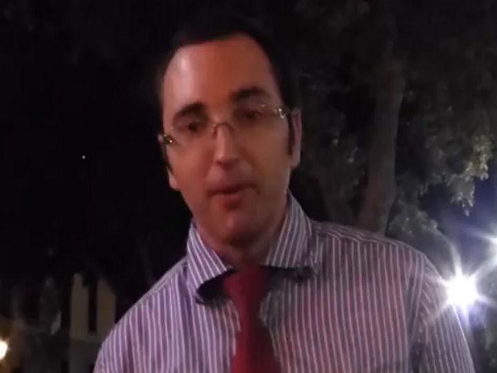 Vídeo mostra empregado de mesa a imitar o eco da própria voz (Foto Reprodução/YouTube)