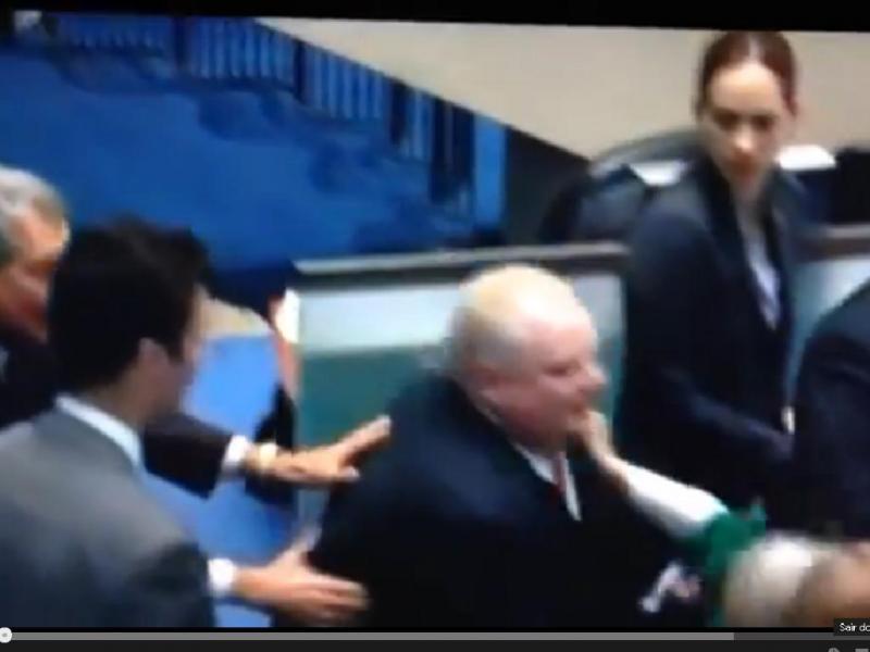 Mayor de Toronto atira vereadora ao chão