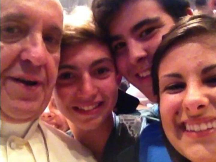 Auto-retrato do Papa com jovens no ano em que selfie a palavra do ano (Foto DR)