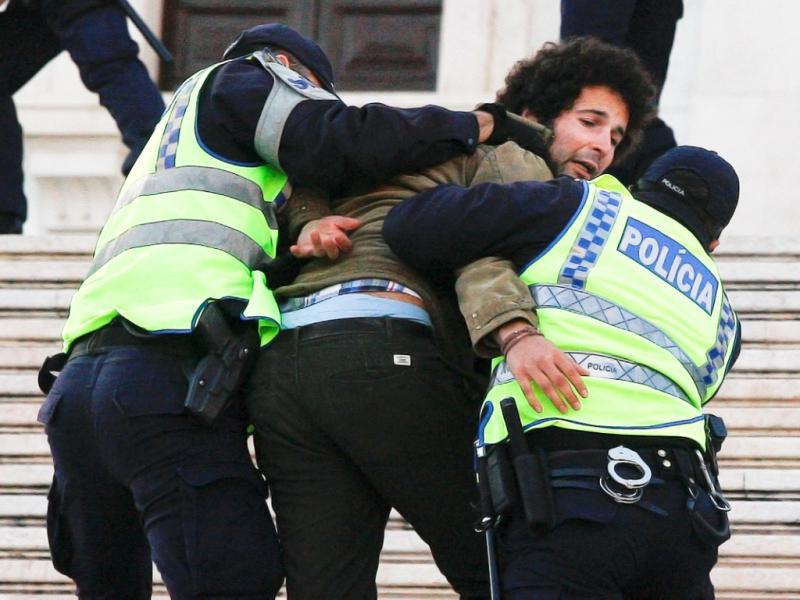 Estudante detido em frente ao Parlamento (Lusa)