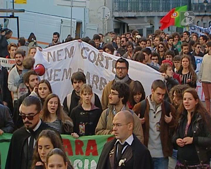 Centenas de alunos manifestaram-se contra cortes no ensino superior