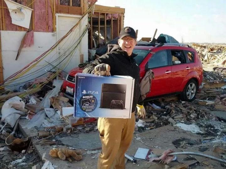 Homem perdeu a casa mas salvou a Playstation 4 (Foto: Reprodução/Reddit)