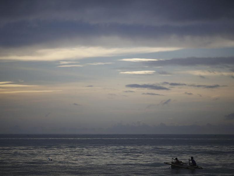 Filipinos afetados pelo tufão transformam frigoríficos em barcos (Reuters)