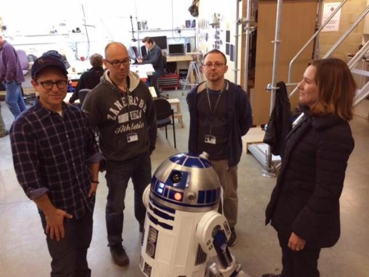 J.J. Abrams com R2-D2 (Twitter Bad Robot)