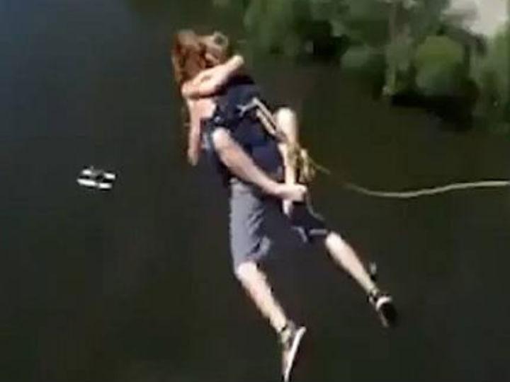 Vídeo mostra jovem russa a fazer bungee jumping sem proteção (Foto:Reprodução/YouTube)