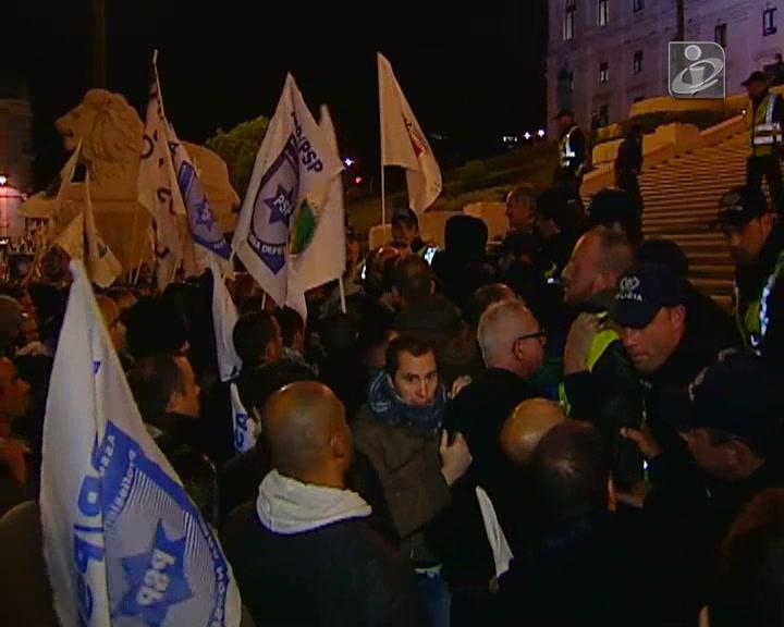 Imagens dos ânimos exaltados na manifestação de polícias