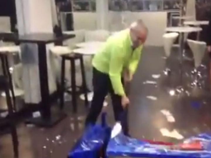 Vídeo mostra homem a destruir o frigorífico da marca Pepsi à martelada (Foto: Reprodução/YouTube)