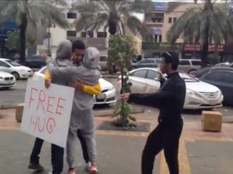 «Free HUgs» na Arábia Saudita (Reprodução / Youtube / Saudi Free B.H)
