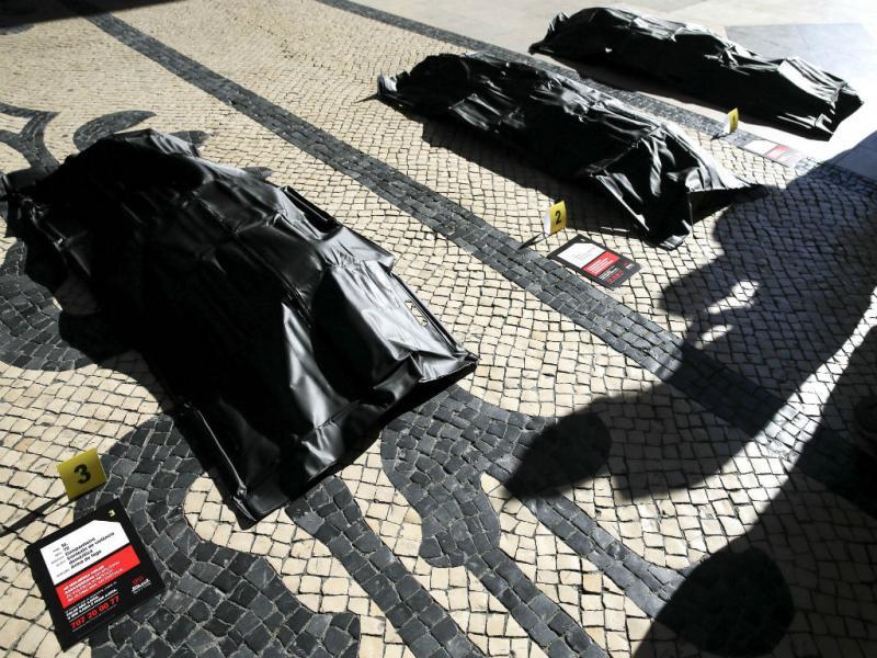 APAV promove uma ação de sensibilização contra a violência doméstica com 40 sacos de plástico em Lisboa (Foto: Reprodução/TIAGO PETINGA/LUSA)