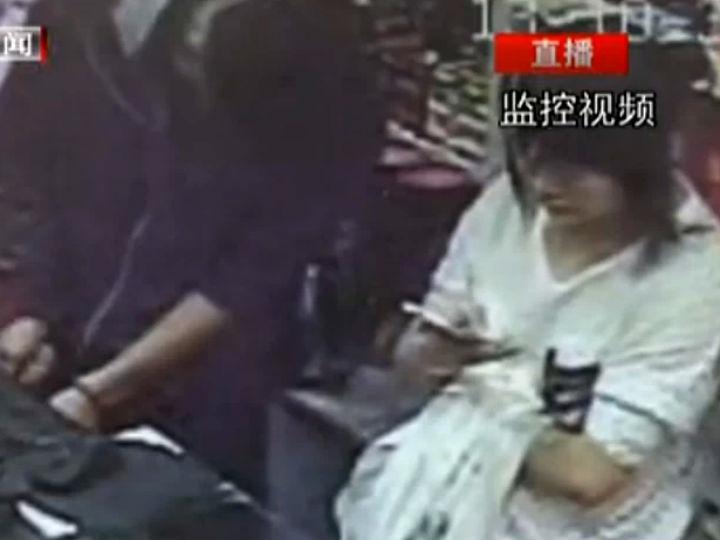 Vídeo mostra indiferença da funcionário enquanto a loja é assaltada (Foto: Reprodução/Youku)