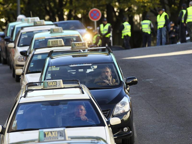 Lisboa: taxistas em protesto contra Orçamento do Estado 2014 (Lusa)