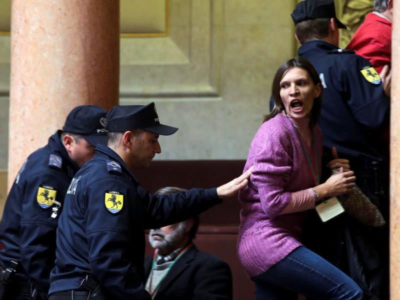 Manifestantes interrompem ministra das Finanças no Parlamento (Lusa)