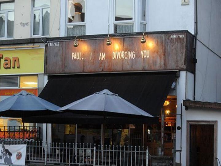 Mulher traída pede divórcio ao marido em letreiro de um bar