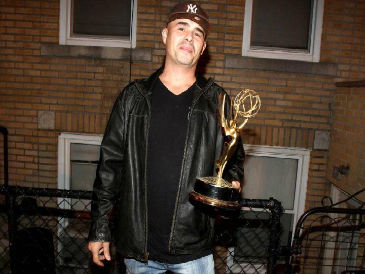 Homem encontra Emmy Awards no lixo