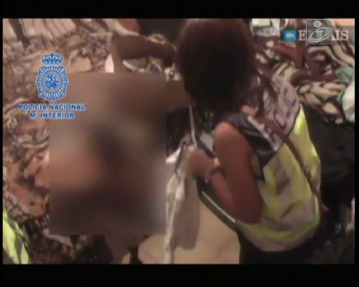 Duas crianças feitas reféns para obrigar as mães a prostituírem-se