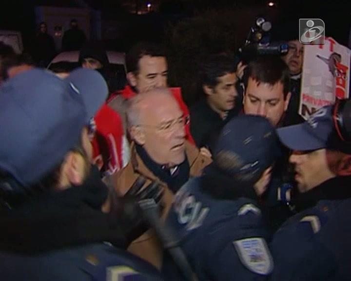 Arménio Carlos e deputados do PCP e do BE empurrados pela polícia