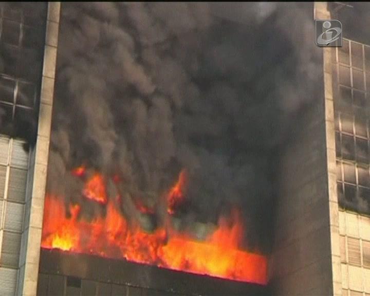 Chamas «engolem» edifício de 10 andares