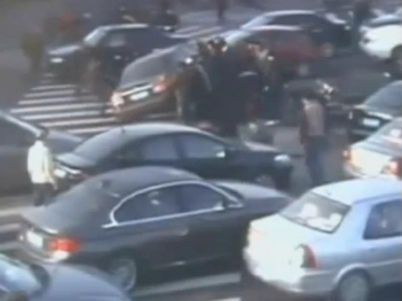 Estranhos salvam vítima de atropelamento (Reprodução / Youtube / The first news)