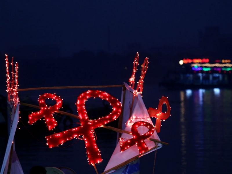 Laços vermelhos «de luz» na Índia. Domingo celebra-se o Dia Mundial de Luta contra a Sida (EPA/PIYAL ADHIKARY)