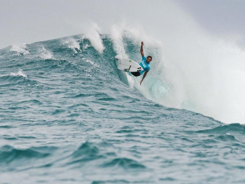 Frederico Morais brilha nas ondas do Havai, na Vans Triple Crown (EPA/Kelly Cestari)