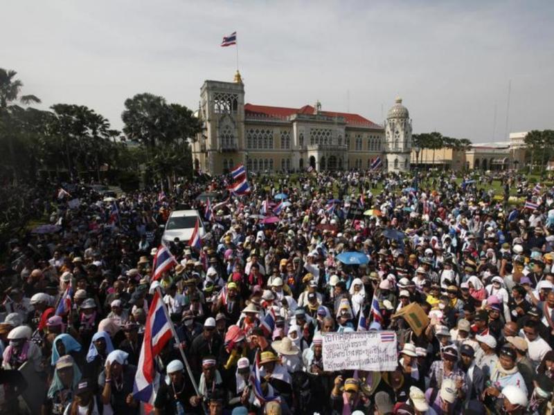 Tailandeses entram nas sedes da polícia e do Governo [Reuters]