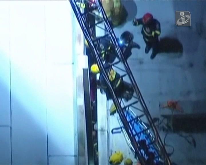 Mulher ficou presa entre dois edifícios